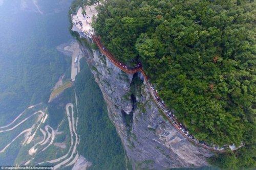 В Китае открыли новый стеклянный мост над бездной, который не каждый отважится перейти (13фото+1видео)